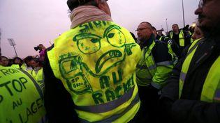 """Un manifestant """"gilet jaune"""", le 17 novembre 2018 à Montbéliard. (LIONEL VADAM  / MAXPPP)"""