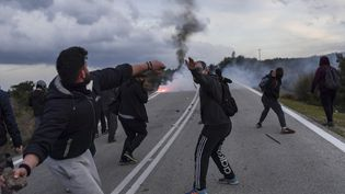 Lors de manifestations contre la construction d'un nouveau camp de migrants controversé près de la ville de Mantamados sur l'île de Lesbos, le 26 février 2020. (ARIS MESSINIS / AFP)