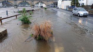 La ville de Châteaulin (Finistère) touchée par les inondations après le passage de la tempête Dirk, le 25 décembre 2013. (FRED TANNEAU / AFP)