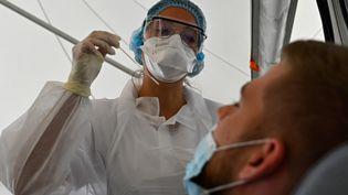Un homme se fait tester au Covid-19 au CHU de Rennes (Ile-et-Vilaine), le 7 septembre 2020. (DAMIEN MEYER / AFP)