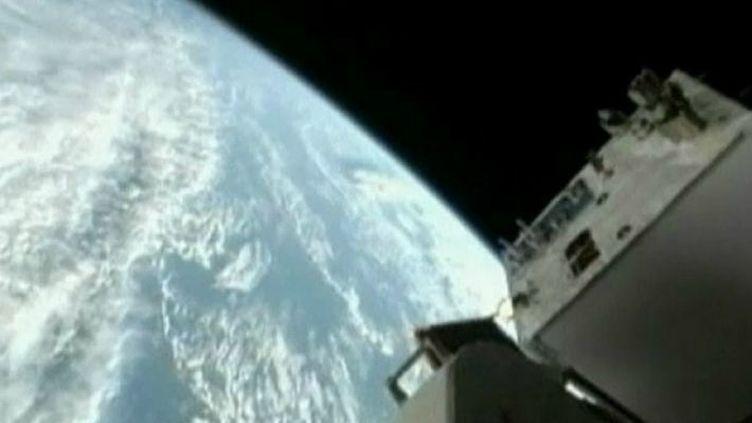 Un vaisseau russe Soyouz s'arrime à la Station spatiale internationale (ISS), le 16 novembre 2001. (FTVi / REUTERS)