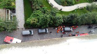 Des policiers et des pompiers sur les lieux où une voiture a renversé un groupe de militaires de l'opération Sentinelle, à Levallois-Perret (Hauts-de-Seine), le 9 août 2017. (THIERRY CHAPPE / AFP)