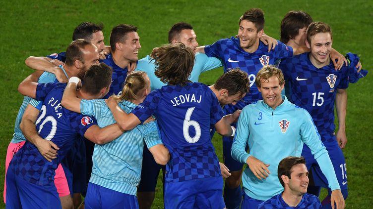 Les Croates célèbrent leur victoire surprise contre l'Espagne, le 21 juin 2016 à Bordeaux, pour leur dernier match de poules de l'Euro 2016. (MEHDI FEDOUACH / AFP)