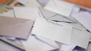 Des bulletins de vote dans une urne électorale dans le 14 arrondissement de Paris lors dusecond tour des élections législatives, le 18 juin 2017. (BENJAMIN CREMEL / AFP)