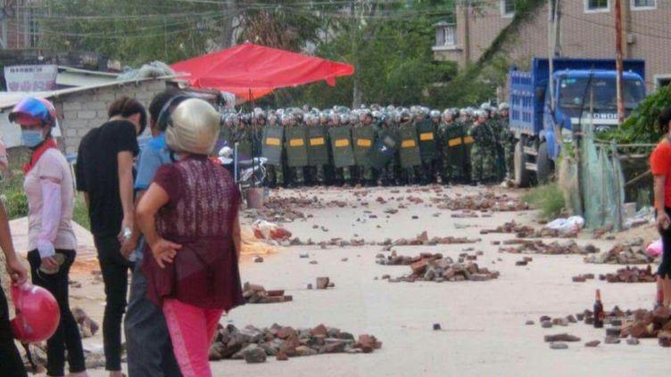Des villageoisconfronté à la police anti-émeute àWukan, province du Guangdong, le 13 septembre 2016 (EYEPRESS NEWS / AFP)