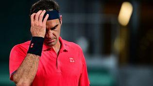 Roger Federer lors de son match du 3e tour à Roland-Garros face à Dominik Koepfer. (MARTIN BUREAU / AFP)