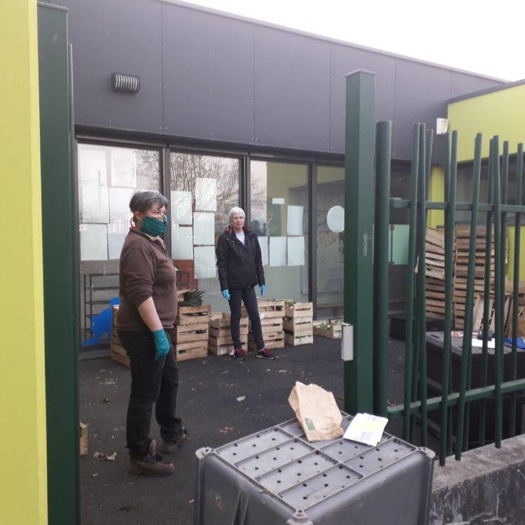 Marie, maraîchère bio en Gironde, lors d'une distribution de paniers de légumes, le 20 mars 2020. (MARIE / FRANCEINFO)