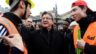 Jean-Luc Mélenchon (au centre) discute avec des cheminots,mardi 3 avril 2018 lors d'une manifestation organisée à Paris. (BERTRAND GUAY / AFP)