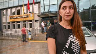L'actrice Ruges Kirici rencontre les médias devant le théâtre municipal d'Istanbul où la pièce en langue kurde était programmée, le 13 octobre 2020 (OZAN KOSE / AFP)