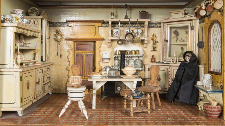 """Cuisine dans la maison de poupée """"Appelboom"""". Allemagne, fin XIXe – fin XXe siècle. H. 39,5 x L. 64 x l. 33 cm. Inv. F.10402  (Musées royaux d'art et d'histoire )"""