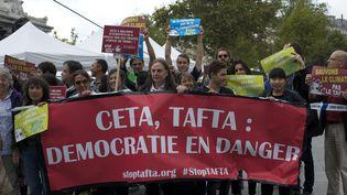 Des manifestants contre le Tafta, le 25 septembre 2015 à Paris. L'arbitrage privé est l'un des principaux points controversés de ce traité de libre-échange. (PATRICE PIERROT / CITIZENSIDE.COM / AFP)