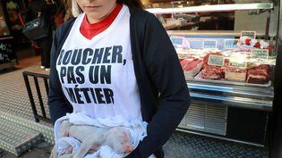 Une militante antispéciste manifeste devant une boucherie, à Paris, le 22 septembre 2018. (JACQUES DEMARTHON / AFP)