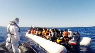 Des garde-côtes italiens viennent en aide à un bateau de migrants au large de la Sicile, le 2 mai 2015. (GUARDIA COSTIERA)