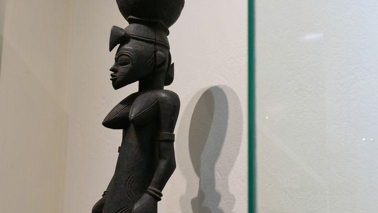 Statue exposée au musée des Civilisations à Abidjan (Côte d'Ivoire). Photo prise le 22 novembre 2018. (ISSOUF SANOGO / AFP)