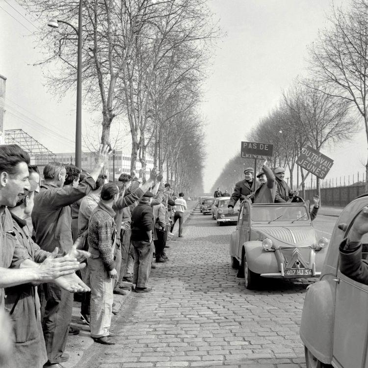 Les mineurs lorrains sont accueillis en héros par les ouvriers de Bobigny (Seine-Saint-Denis), le 13 mars 1963. (AFP)