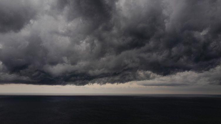 Des nuages sombres au-dessus de la Méditerranée, le 27 juillet 2019 (VALERY HACHE / AFP)