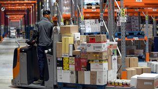 Un entrepôt qui réceptionne, stocke et repartit les marchandises déstinées à des magazins Carrefour, à Cholet (Maine-et-Loire), le 26 janvier 2017. (MAXPPP)