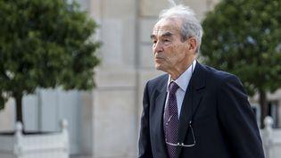 Robert Badinter le 2 juin 2015 dans la cour de l'Elysée à Paris. (CITIZENSIDE / YANN KORBI / AFP)