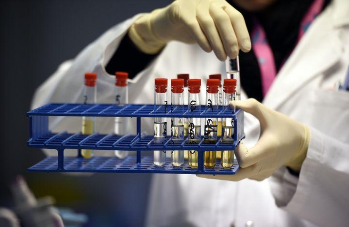 Dans le laboratoire d'analyses antidopage de Châtenay-Malabry (Hauts-de-Seine), le 15 décembre 2015. (FRANCK FIFE / AFP)