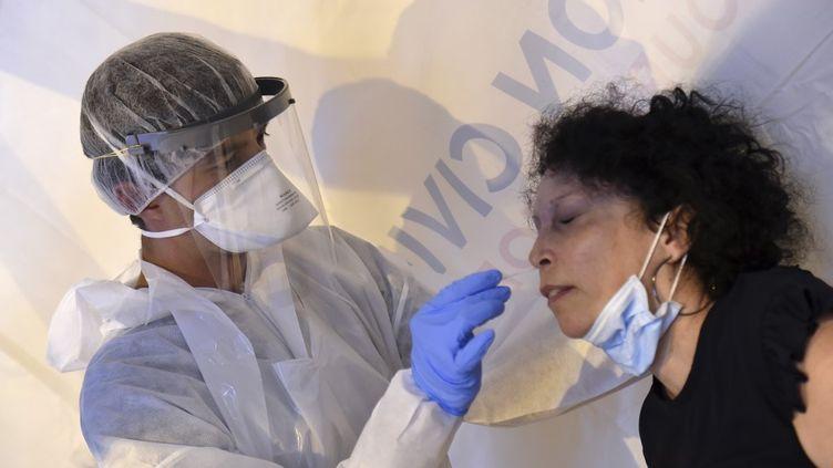 Une femme subit un test PCR à Laval (Mayenne), le 17 juillet 2020. (JEAN-FRANCOIS MONIER / AFP)