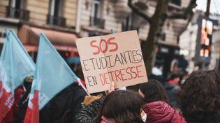 """Des étudiants manifestent pour exprimer leur """"détresse"""" face à la crise sanitaire, le 16 mars 2021 à Paris. (JEROME LEBLOIS / HANS LUCAS)"""