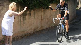 L'ancien président de la République, Nicolas Sarkozy, lors d'une promenade en vélo au Cap Nègre (Var), le 4 août 2013. (APERCU / SIPA)