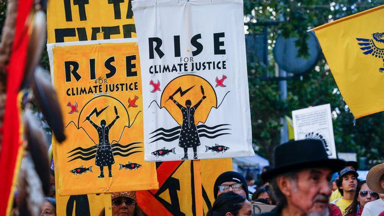 """Des manifestants lors de la journée d'action mondiale demandant aux dirigeants locaux de véritables solutions pour le climat,""""Rise For Climate"""", le 8 septembre 2018à San Francisco, en Californie. (AMY OSBORNE / AFP)"""