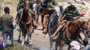 Aux États-Unis, des gardes-frontières à cheval ont chassé des migrants au Texas, à la frontière avec le Mexique. Les migrants sont des Haïtiens qui campent par milliers depuis plusieurs jours. La Maison Blanche a ordonné une enquête. (FRANCE 2)