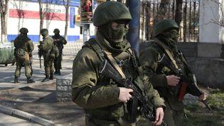 03/18/2014 Des hommes en uniforme dans les rues de Simferopol (Crimée) (ALEXSEY NICHUKCHIN / RIA NOVOSTI / AFP)
