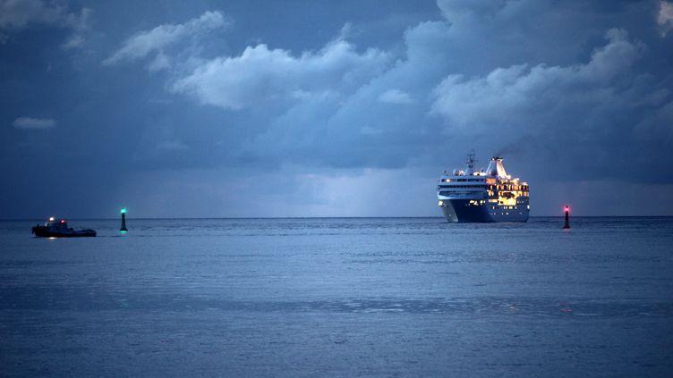 L'arrivée du paquebot de croisière Paul Gauguin dans le port de Papeete à la tombée de la nuit.  (MAXPPP)