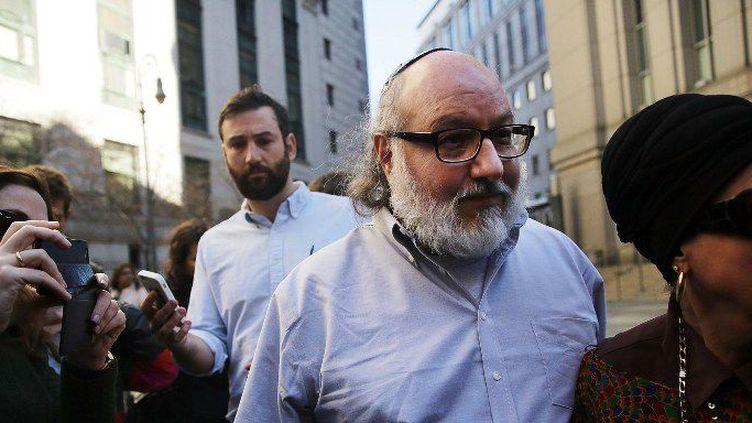 New York (Etat-Unis) le 20 novembre 2015. Jonathan Pollard, l'américain convaincu d'espionnage au profit d'Israël, quitte la cours de justice de New York qui vient de lui signifier sa libération après 30 ans de prison.  (Spencer Platt/Getty Images/AFP)
