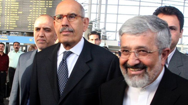 Le chef de l'AIEA, Mohamed ElBaradei (G) accueilli à Téhéran le 03 octobre 2009 (© AFP/ATTA KENARE)