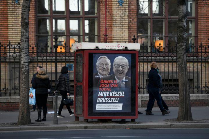 Une affiche du gouvernement hongrois placardée dans une rue de Budapest, le 21 février 2019. (TAMAS KASZAS / REUTERS)