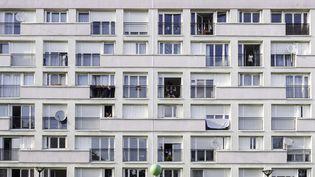 Un immeuble à Suresnes (Hauts-de-Seine), durant la pandémie de coronavirus, le 8 avril 2020. (MATHILDE GARDEL / HANS LUCAS/ AFP)