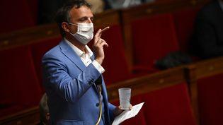 Le député François-Michel Lambert avec ce qui représente un joint à l'Assemblée nationale, le 4 mai 2021. (CHRISTOPHE ARCHAMBAULT / AFP)