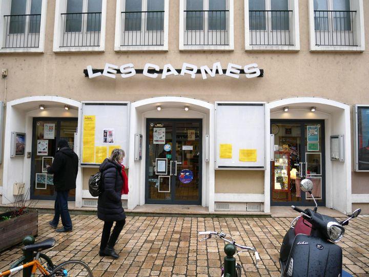Sur la devanture du cinéma Les Carmes à Orléans (Loiret), les vitrines sont vidées de leurs affiches. (MATHIEU LEHOT / FRANCEINFO)