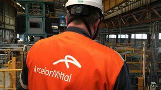 Employé d'ArcelorMittal à l'intérieur de l'usine de Florange (Moselle). (CÉCILE SOULÉ / FRANCE-BLEU LORRAINE NORD)