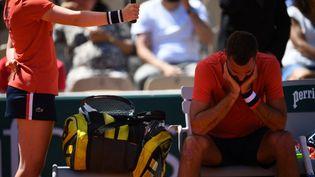 Benoît Paire abattu après sa défaite face à Casper Ruud au premier tour de Roland-Garros 2021. (CHRISTOPHE ARCHAMBAULT / AFP)