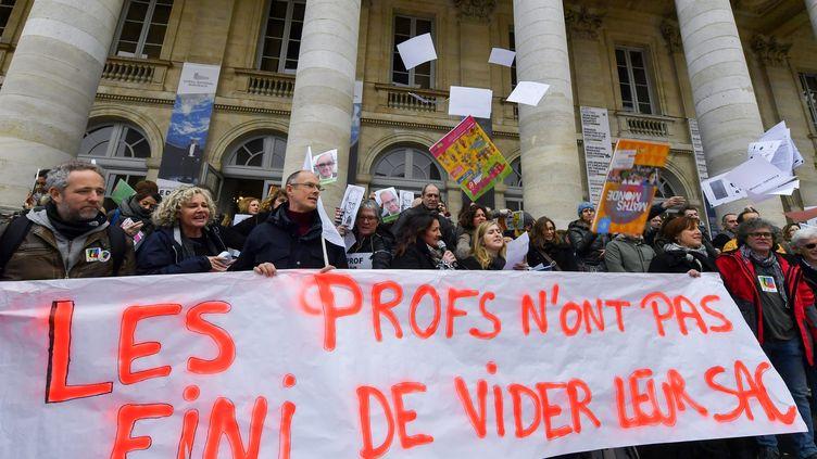 Des enseignants lors d'une manifestation à Bordeaux, le 22 janvier 2020 (photo d'illustration). (MEHDI FEDOUACH / AFP)