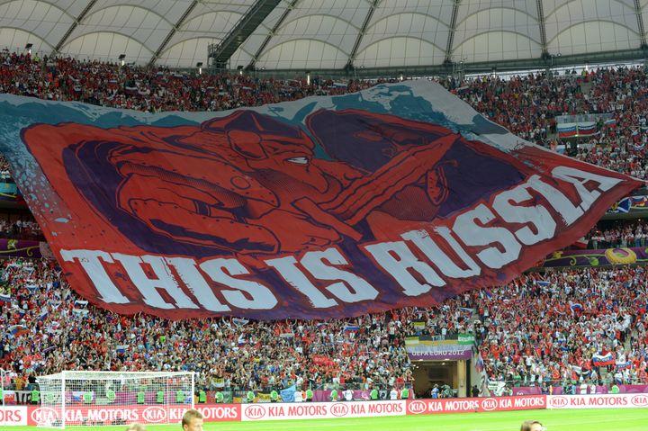 Les supporters russes déploient un drapeau géant dans les tribunes du stade de Varsovie (Pologne), le 12 juin 2012. (JANEK SKARZYNSKI / AFP)