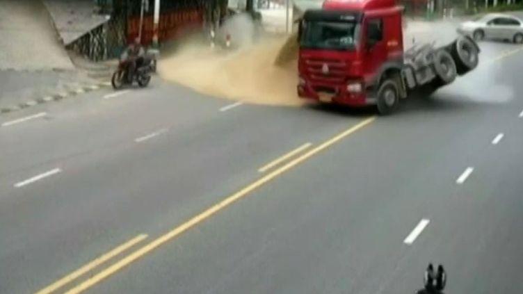 Capture d'écran de l'accident évité, dans la ville chinoise d'Anxi (province du Fujian),le 22 mai 2016. (CCTV / APTN)