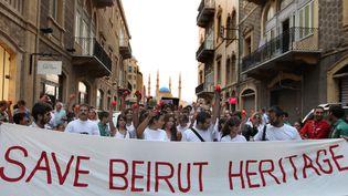 Une manifestation contre la démolition de maisons dans la zone archéologique deAl-Gemmaizeh, à Beyrouth, en septembre 2010, organisée par l'Association pour la protection des sites et anciennes demeures (APSAD) de Beyrouth, fondée par Yvonne Sursock Cochrane. (NABIL MOUNZER / EPA)