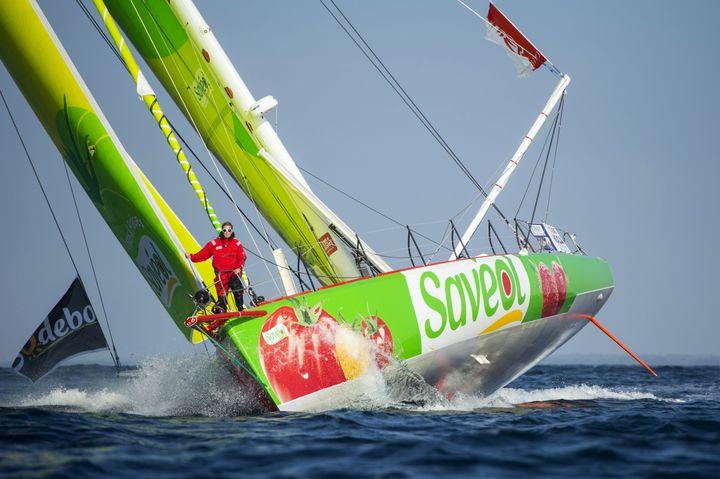 """La navigatrice Samatha Davies à l'avant de son bateau """"Savéol"""", au large des Sables d'Olonne (Vendée), le 24 septembre 2012. (VINCENT CURUTCHET / DPPI / AFP)"""