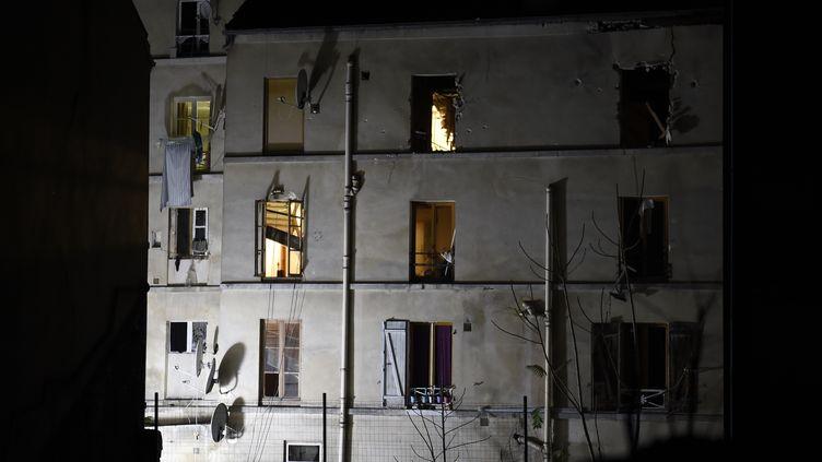 L'immeuble de Saint-Denis (Seine-Saint-Denis) contre lequel a été donné l'assaut, le 18 novembre 2015. (ERIC FEFERBERG / AFP)