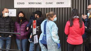 Une file d'attente devant un centre de dépistage en Australie, le 16 juillet 2020. (WILLIAM WEST / AFP)