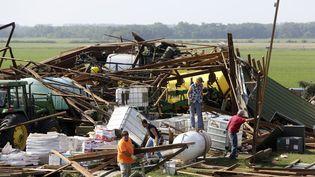 Opération déblayage après le passage d'une tornade sur une maison près de Pilger (Nebraska, Etats-Unis), le 17 juin 2014. (LANE HICKENBOTTOM / REUTERS)