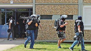 Devant l'immeuble où vivait Yassin Salhi, le suspect de l'attentat commis dans l'Isère, à Saint-Priest (Rhône), le 26 juin 2015. (MAXPPP)