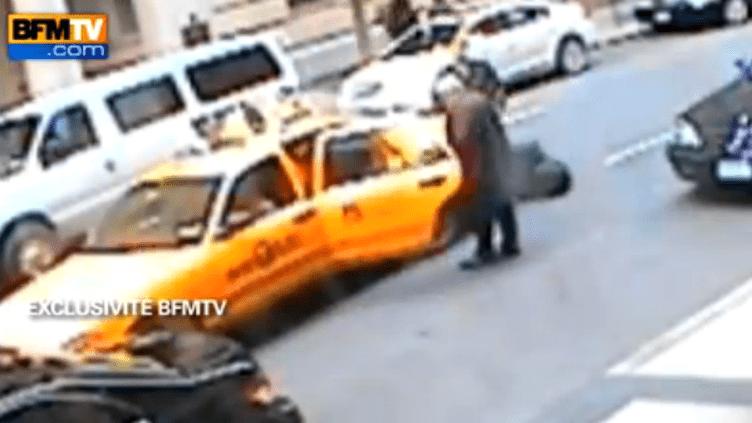 Capture d'écran de la vidéo diffusée par BFM TV où l'on voit DSK prendre un taxi en sortant du Sofitel, à New York, le 14 mai 2011. (FTVi)