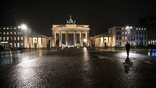 La Pariser Platz vide, devant la Porte de Brandebourg, le 19 janvier 2021, à Berlin (Allemagne). (STEFANIE LOOS / AFP)
