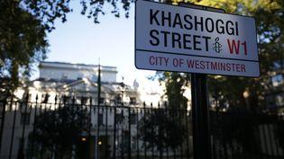 """La plaque """"Khashoggi Street"""" apposée par des militants d'Amnesty International, dans une rue de Londres (Royaume-Uni), le 2 novembre 2018. (DANIEL LEAL-OLIVAS / AFP)"""